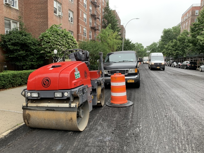 DOT重鋪路面,很多居民的車被拖走,但無法順利找回。(記者劉大琪/攝影)