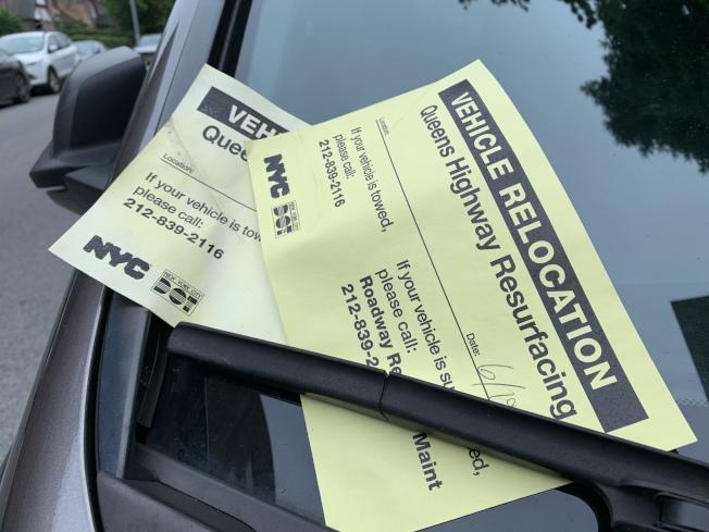 DOT拖走車車後,會在擋風玻璃處放上告示,避免被開罰單。(記者劉大琪/攝影)