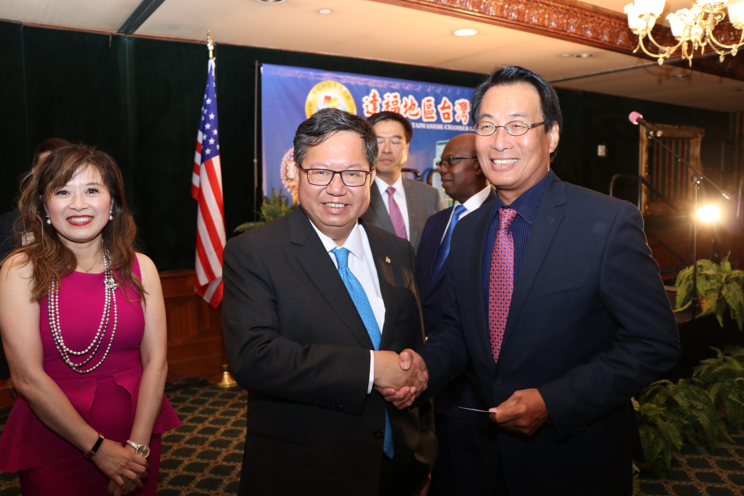 艾迪森市長周建源(右)與桃園市長鄭文燦相見歡,左為達福台商會會長陳文珊。