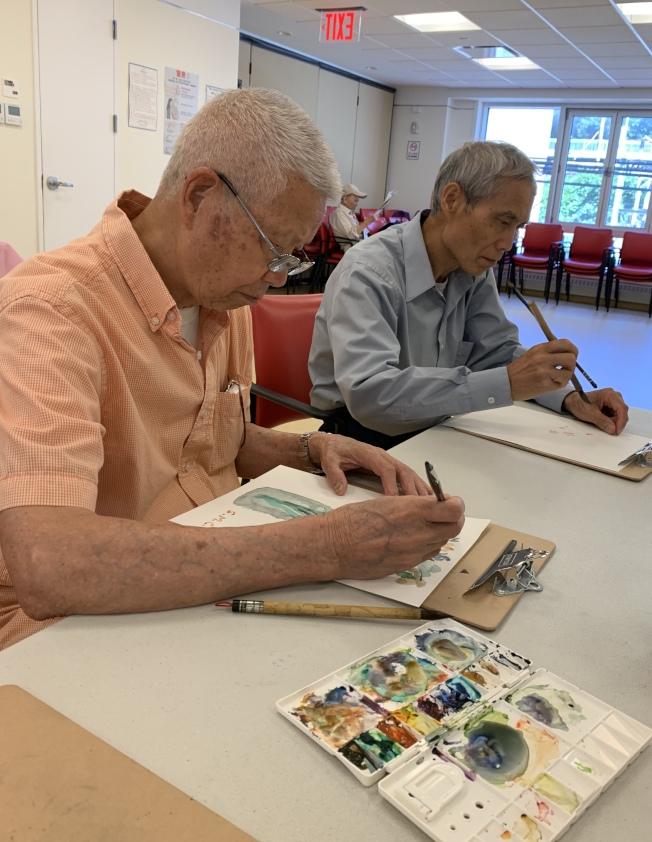 93歲的張詩明(左)表示,色彩能幫自己保持好心情。(記者劉大琪/攝影)