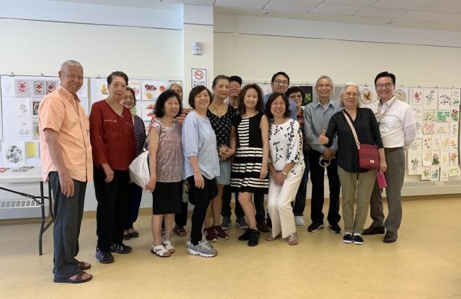華策會福壽老人中心「SU-CASA藝術作品展」,展示耆老們過去四個月的學畫成果,後排右一是鄭石、右四是蕭喆旻。(記者劉大琪/攝影)