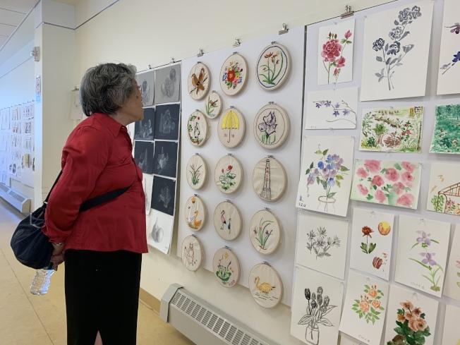 華策會福壽老人中心「SU-CASA藝術作品展」,展示耆老們過去四個月的學畫成果。(記者劉大琪/攝影)
