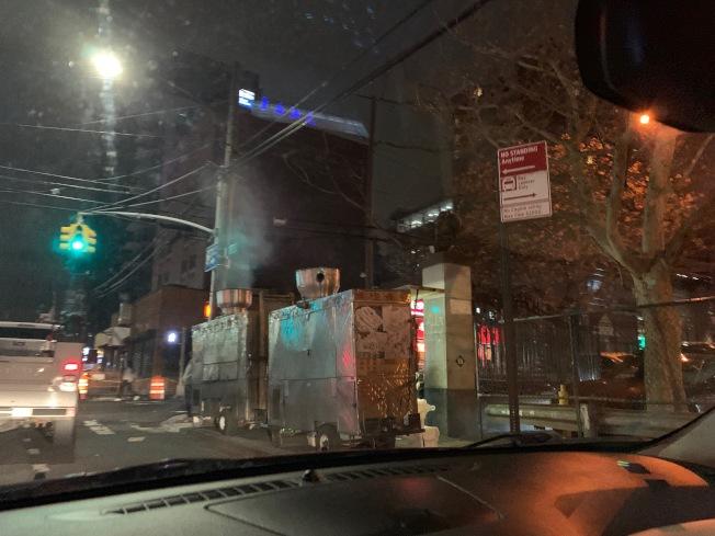 法拉盛市中心又出現燒烤攤在管制地點違規營業。(記者賴蕙榆/攝影)