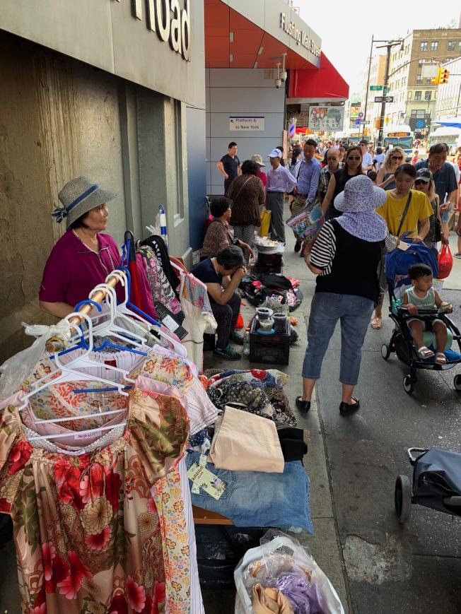 長島鐵路緬街站附近常有業者擺攤,造成人行道壅塞。(記者賴蕙榆/攝影)