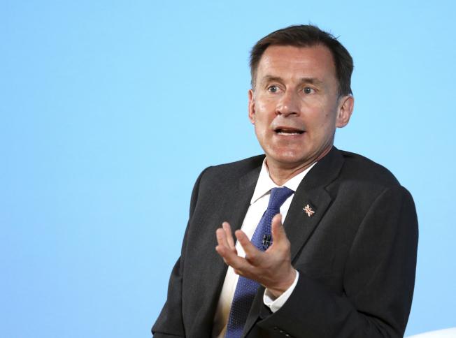 準備競選下任首相的英國外相杭特表示,一定追查洩密者。(美聯社)