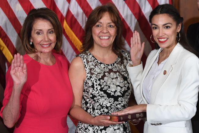 眾院議長波洛西(左)譴責包括歐凱秀(右)在內的四名民主黨眾議員,反對川普總統政府46億元的邊界資助。(Getty Images)