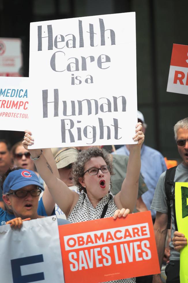 第五巡迴法院將裁決俗稱「歐記健保」的「可負擔健保法」是否違憲。圖為支持歐記健保民眾集會抗議。( Getty Images)
