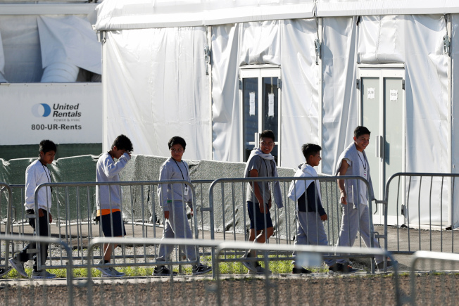 在佛州赫姆斯德的無證兒童拘留中心,一些兒童排隊進入帳篷屋。(美聯社)