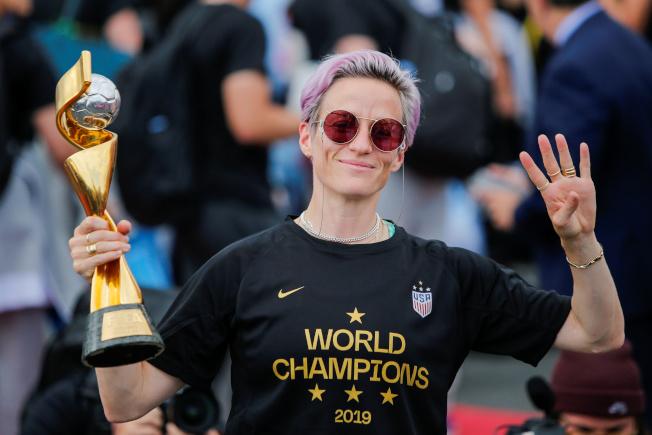 2019年世界盃女子足球賽(Women's World Cup),美國女子足球隊踢走荷蘭,四度抱回世界盃冠軍。8日抵達紐約後,隊長拉皮諾受訪重申,「全隊都跟我一樣」不會去白宮接受川普的祝賀,但願去國會接受表揚。路透