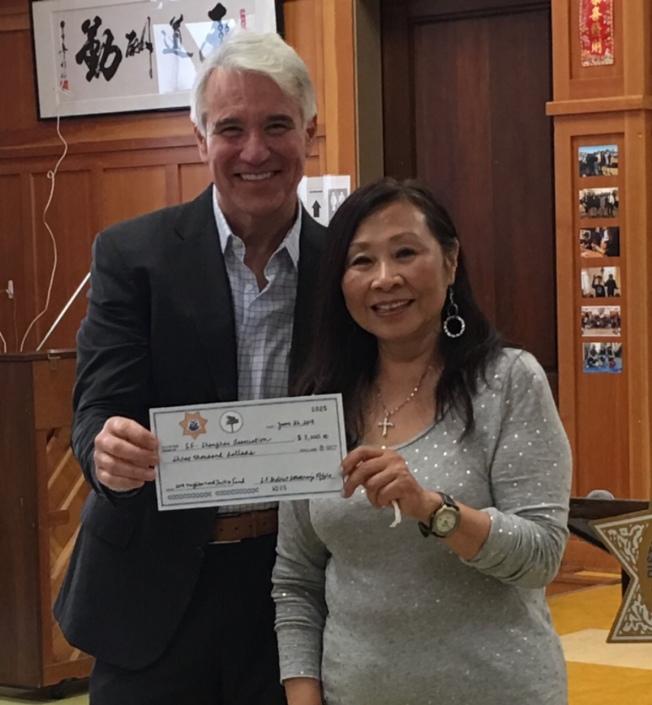 舊金山/上海協會也是年度地檢長賈斯康(左)正義基金的獲獎團體之一,由會長李美玲(右)代表領獎。(李美玲提供)