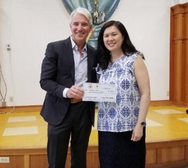 地檢長賈斯康(左)在華埠金美倫堂頒發年度鄰舍正義基金,該會也是受益團體,鄺慧賢代表領取撥款。(地檢處提供)