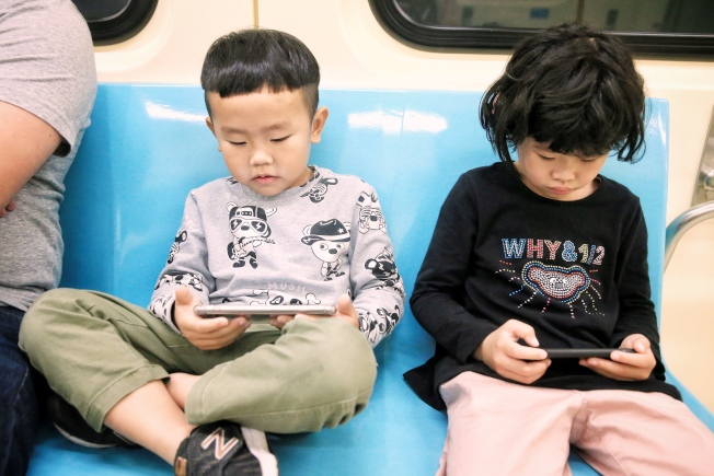 3C產品盛行,學童及青少年高度近視比率增加,衛福部國健署建議家長暑假應安排戶外活動,別讓孩子看電視、玩3C。(本報資料照片)