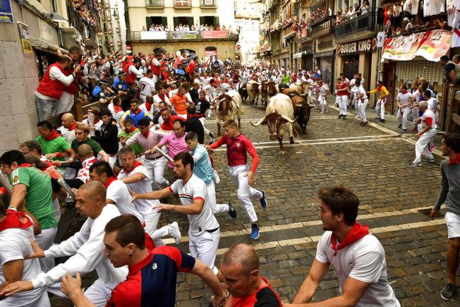 西班牙一年一度的奔牛節場面盛大。(美聯社)