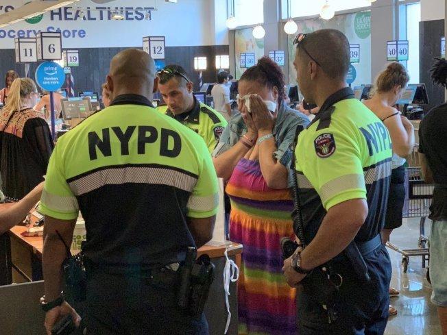 紐約市警方接獲通報,有女子在有機商店行竊,警方到場不但沒有處罰女子反而暖心幫忙付錢。(取材自推特)