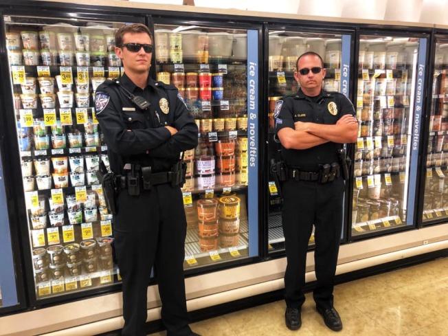 美國德州女子上周偷舔超市冰淇淋又放回貨架的行為出現跟風者,部分超市採取冰櫃上鎖的防範措施,警方呼籲民眾切莫違法。翻攝自德州凱勒市警局臉書
