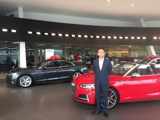 圖:華人銷售經理Michael 陳在現代化展廳內介紹奧迪車款。