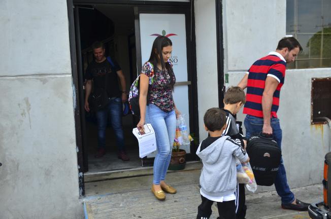 申請庇護的無證移民需在墨西哥等候處理的計畫9日擴大;委內瑞拉婦女露西亞·艾桑喬(左二)一家四口被送至墨國的新拉雷多。(美聯社)