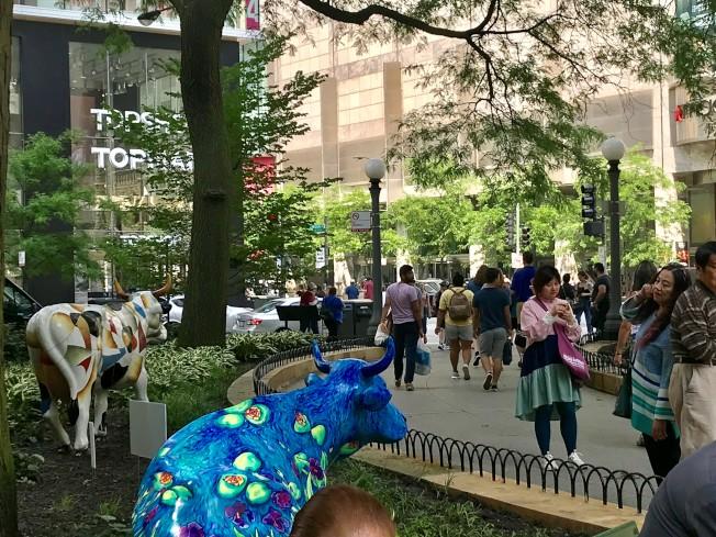「牛群遊行」公共藝術十分吸睛。(記者吳政儀/攝影)