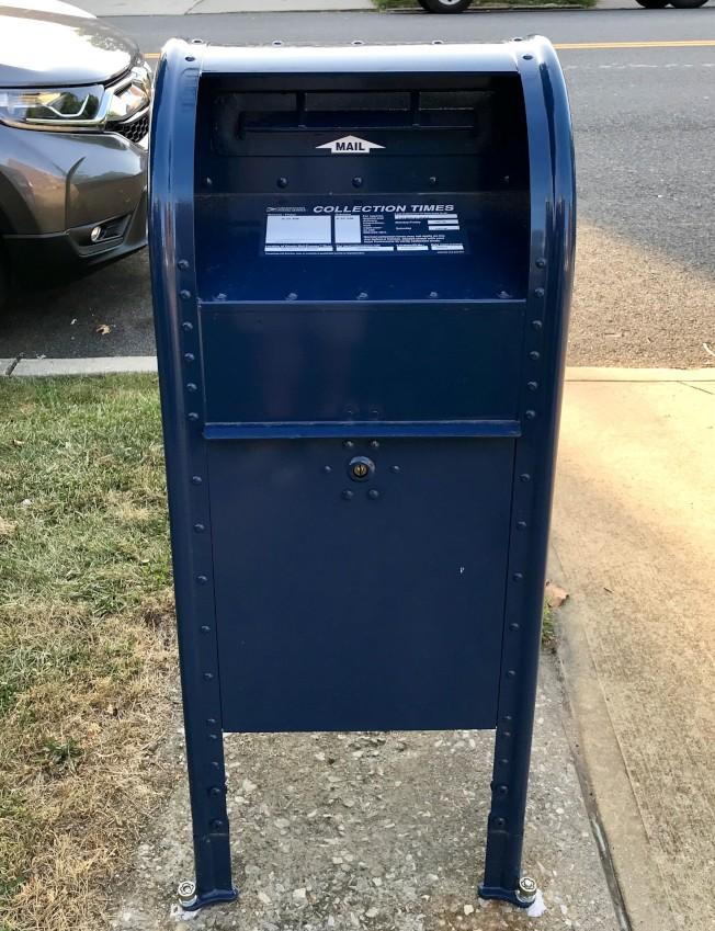 皇后區部分郵筒已更換為投擲口較小的新郵筒。(記者朱蕾/攝影)