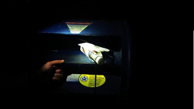 「郵筒釣魚」的作案手法是用繩子吊住瓶子塞進郵筒後,再黏出郵筒內信件。(警方提供)