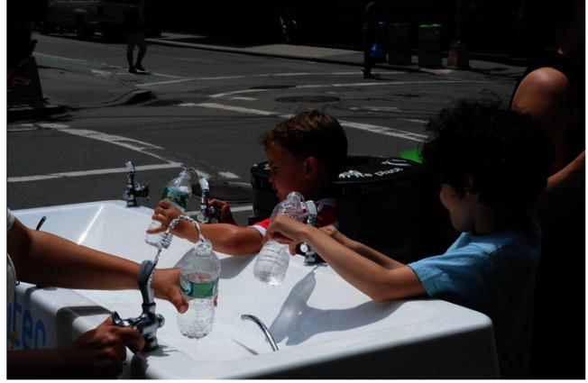 紐約市環境保護局日前在五大區推出「移動水站」。(取自市環境保護局網站)