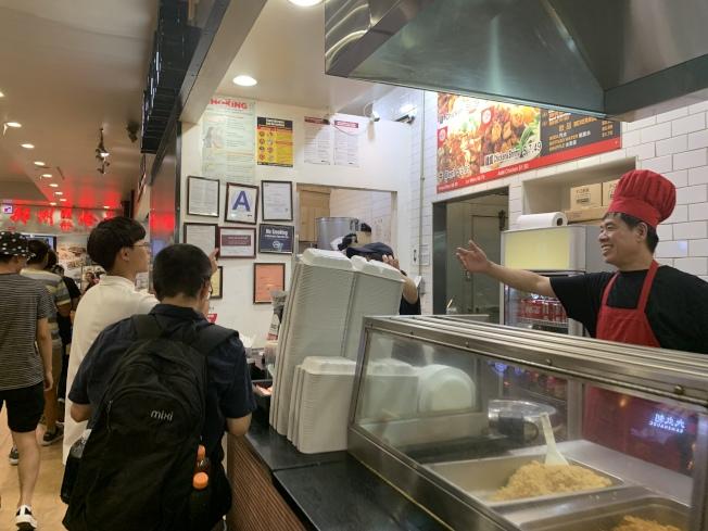 法拉盛多數業者遵守新規,不再使用保麗龍餐具。(記者賴蕙榆/攝影)
