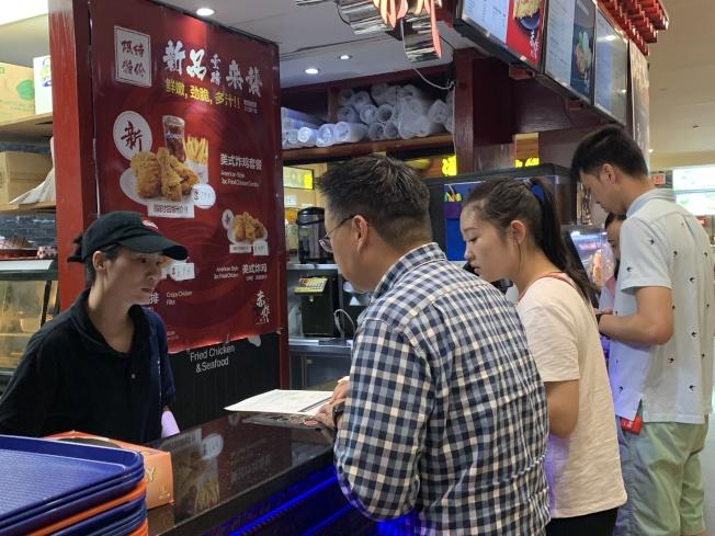 法拉盛商改區9 日發放傳單,向商家宣導禁用保麗龍的新規。(記者賴蕙榆/攝影)