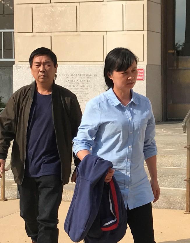 章榮高(左)與葉麗鳳(右)9日步出法庭。(特派員黃惠玲╱攝影)