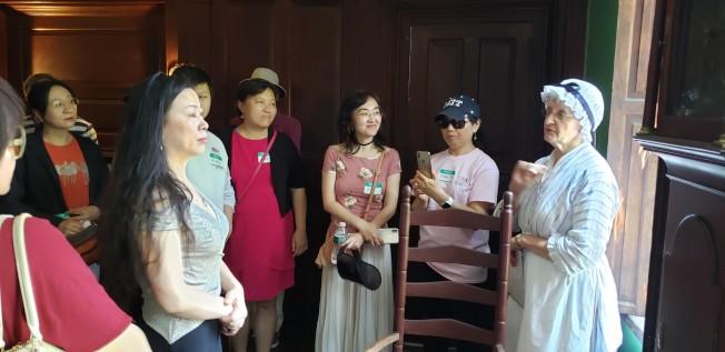 身穿殖民時期服飾的Hancock-Clarke House導覽員向參觀者做介紹。(記者唐嘉麗/攝影)