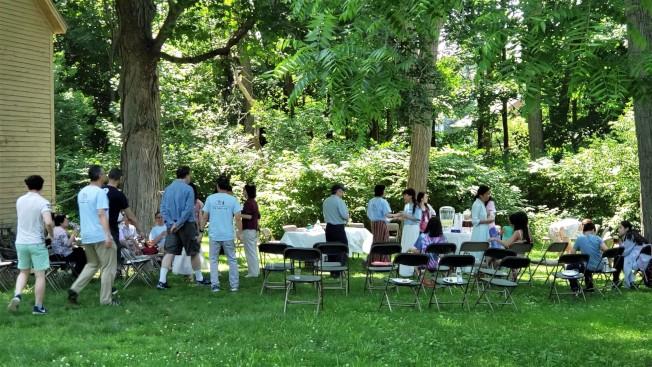 約百名勒鎮CAAL義工在Hancock-Clarke House後院野餐交流。(記者唐嘉麗/攝影)