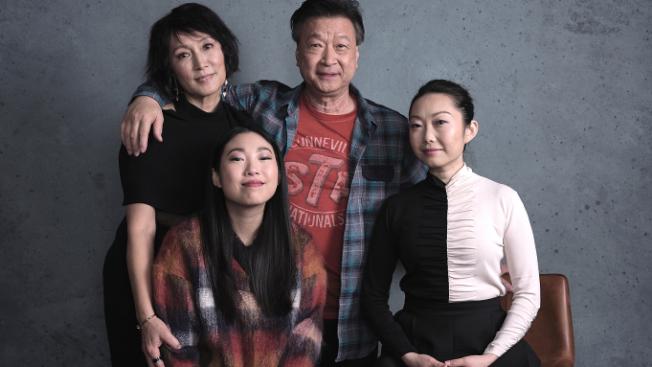 導演王子逸(前右)選擇了在美長大的奧卡菲娜出演她自己,早年從中國移民海外的華人演員林曉傑(後左)、馬泰(後右)出演她的父母。(圖:A24提供)