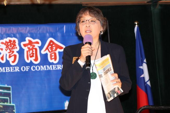 新科布蘭諾市議員曹祖芳,手拿著世界日報向在場政商人士表示,她是該市146年第一亞裔女性市議員。(記者封昌明/攝影)