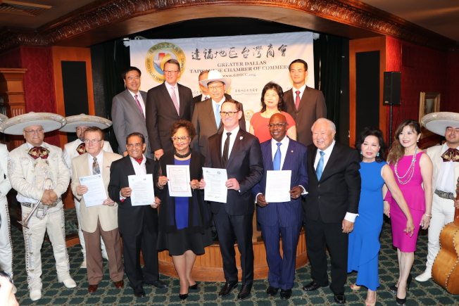 桃園市長鄭文燦(後排左二)頭戴牛仔帽接受達拉斯政要們歡迎。(記者封昌明/攝影)