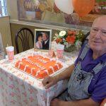 老主顧驚喜 漢堡店慶結婚周年