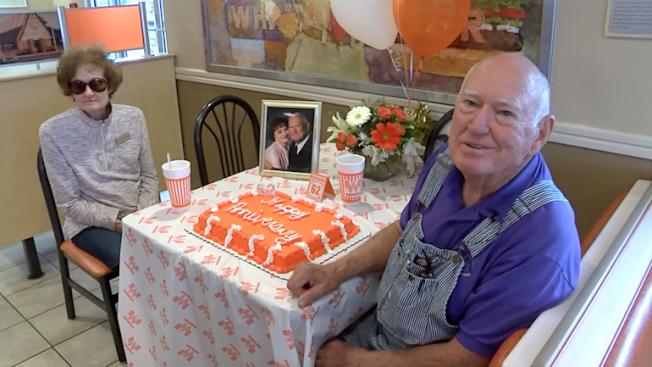 「華塔漢堡」為幾乎天天上門用餐的一對老夫妻顧客慶祝結婚62周年紀念日。(CNN)