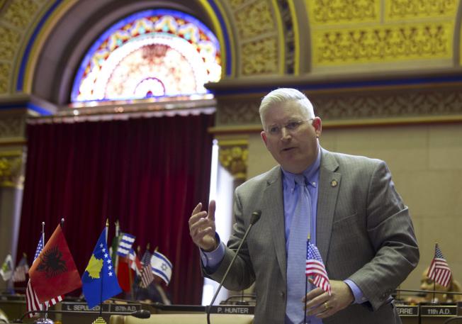 伊利郡書記官卡恩斯提起訴訟 ,控告葛謨州長批准授予非法移民駕照,迫使各郡書記官違抗聯邦法律。(美聯社)