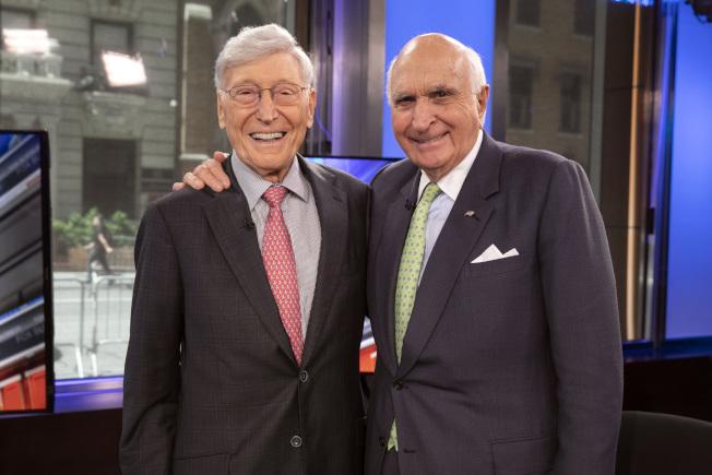 家得寶共同創辦人馬庫斯(左)與藍崗6月份接受福斯電視網採訪。(美聯社)