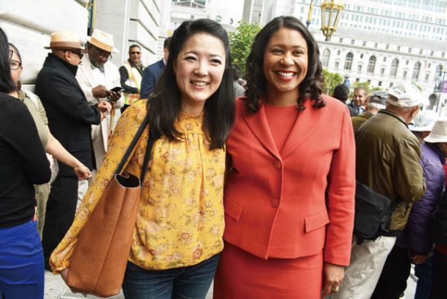 市長布里德(右)為教師代表劉詠真(左)在市府幫助下成功置業感到高興。(記者黃少華/攝影)