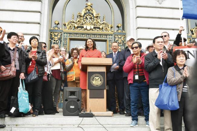 市長布里德和市議會議長余鼎昂提出的「6億元可負擔房屋債券」獲得眾多華人居民力挺。(記者黃少華/攝影)