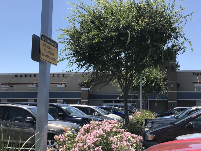 購物中心停車場提醒民眾不要在車內留有價值的物品。(記者梁雨辰/攝影)
