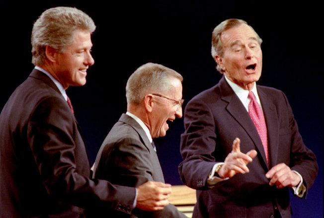 裴洛兩度出馬競選總統,圖為1992年民主黨總統候選人柯林頓(左起)、裴洛和競選連任的老布希總統在密西根州東蘭辛進行辯論。(路透)