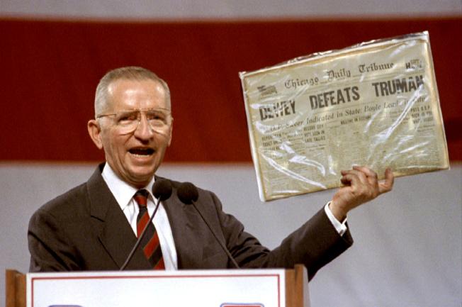 裴洛當年競選時,手持一份1948年的芝加哥論壇報,那一年論壇報未等開票結束,即宣布杜威擊敗杜魯門。裴洛舉這個例子為自己打氣,未到開票結束,無法判定選舉勝負。(路透)