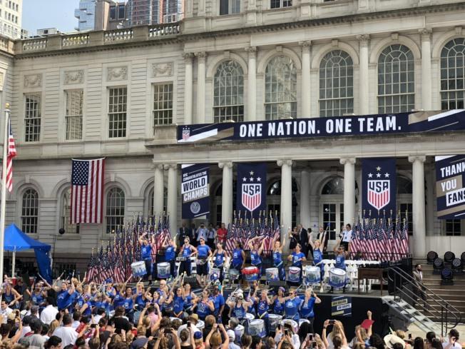 美國隊日前在第八屆女足世界杯封后,紐約市長白思豪(Bill de Blasio)於10日早上的英雄歡迎遊行過後在市府廣場舉辦「一國一隊」(One Nation. One Team.)慶典。記者張晨╱攝影