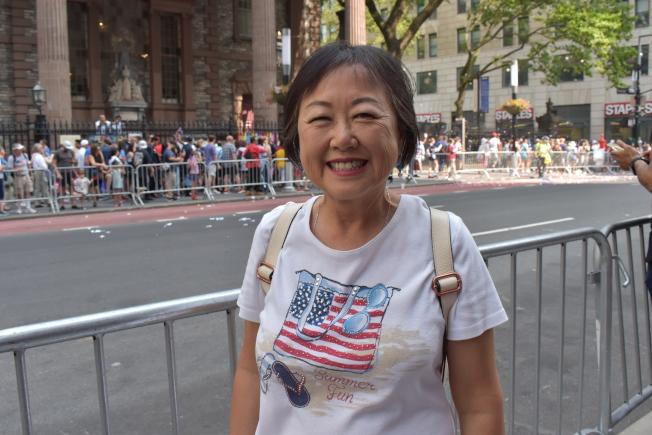 足球迷倪MeeLon一早就穿著印有美國國旗的衣服,從長島特地到曼哈頓參加遊行。(記者顏嘉瑩/攝影)