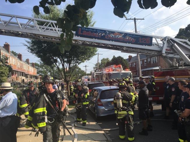 大批消防員在現場滅火。(取自消防局推特)