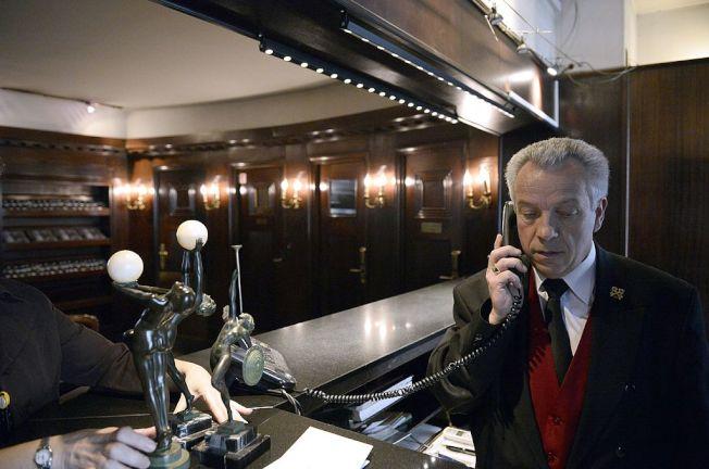打電話直接找飯店經理訂房,較有機會獲得優惠。(Getty Images)