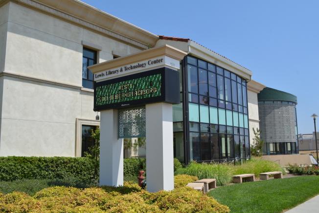 芳塔那市公共圖書館及技術中心。(記者啟鉻/攝影)