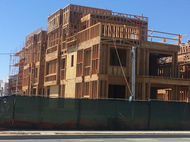 隨著越來越多居民遷入爾灣,該市再增新建案。(記者王全秀子/攝影)