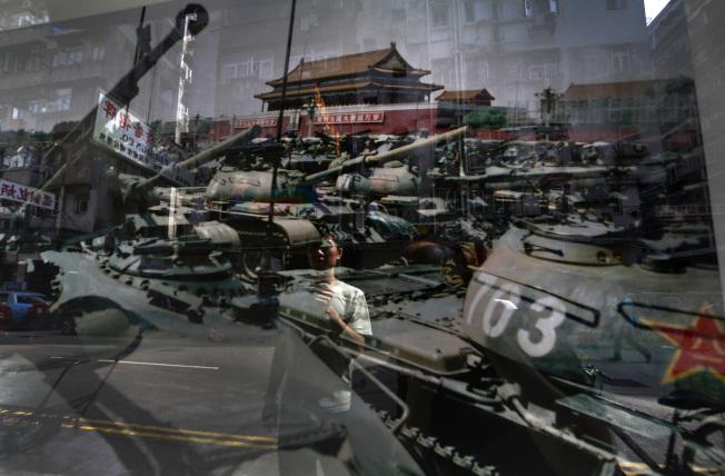 香港舉行六四圖片展,圖中照片是當年天安門清場以後所攝。(美聯社)