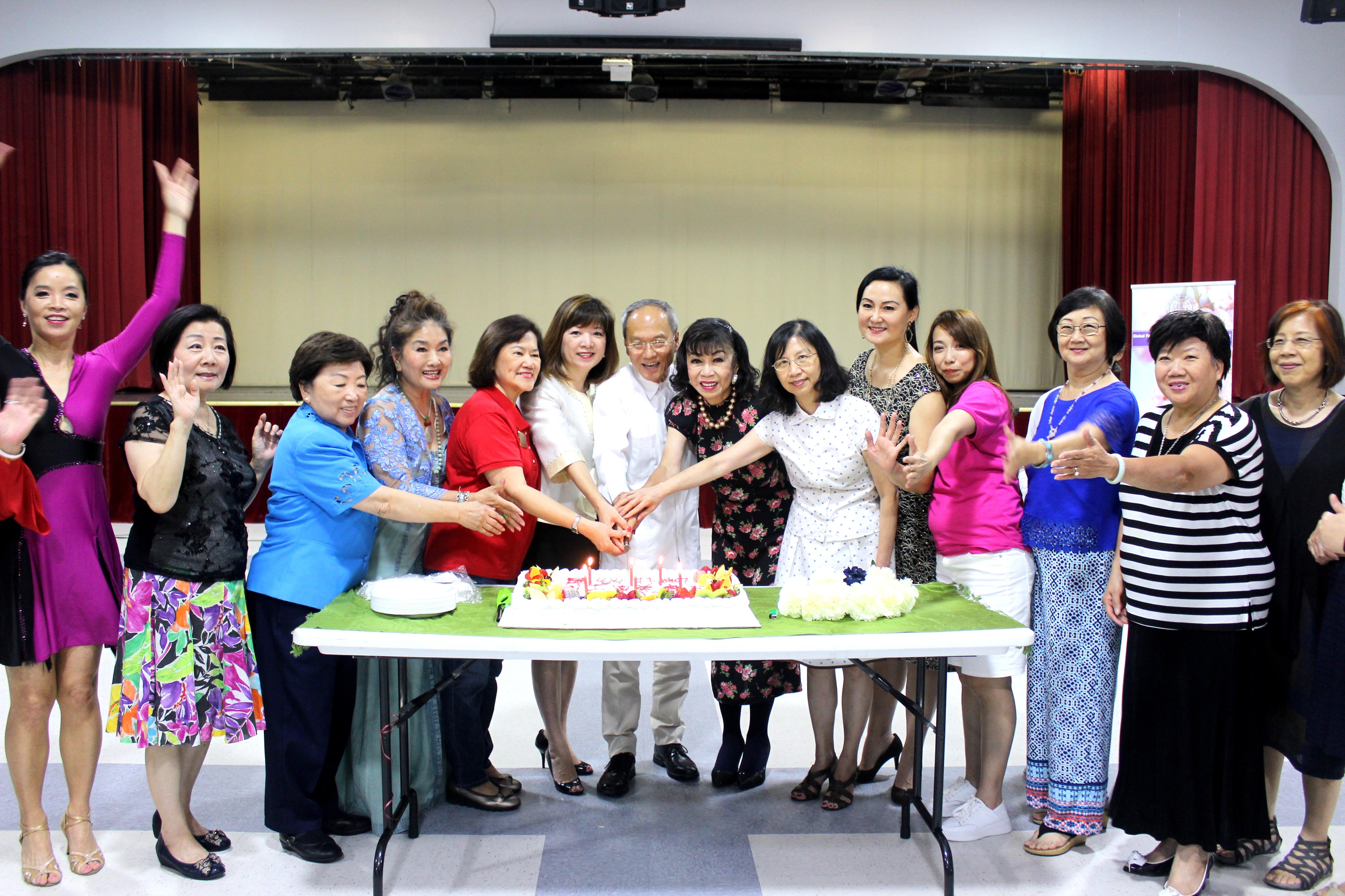 僑務委員長吳新興(中)、僑教中心主任陳奕芳(右六),及會員、嘉賓們一起切生日蛋糕。